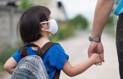 فیس ادا نہ کرنے پر اسکول انتظامیہ کا بچے کے سامنے والد پر تشدد