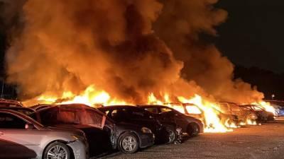 امریکی ریاست انڈیانا میں گاڑیوں کی نیلامی میں آتشزدگی کے باعث 40 کاریں جل کر تباہ گئیں