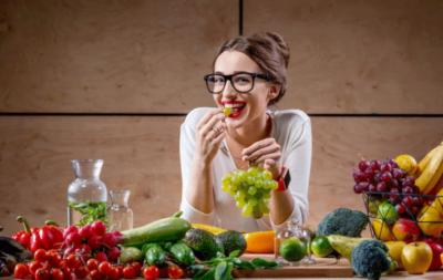 خوش رہنا چاہتے ہیں تو سبزیوں اور پھلوں کا استعمال بڑھا دیں ، تحقیق