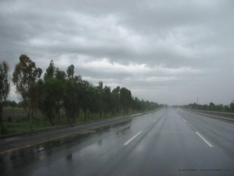 یوم آزادی پر لاہور سمیت کئی شہروں میں بارش، شہری لطف اندوز ہوتے رہے