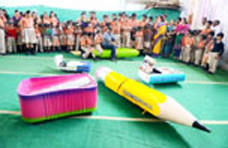 بھارتی سائنسدان کا بچوں کیلئے مختلف اشکال کی گاڑیوں کا تحفہ