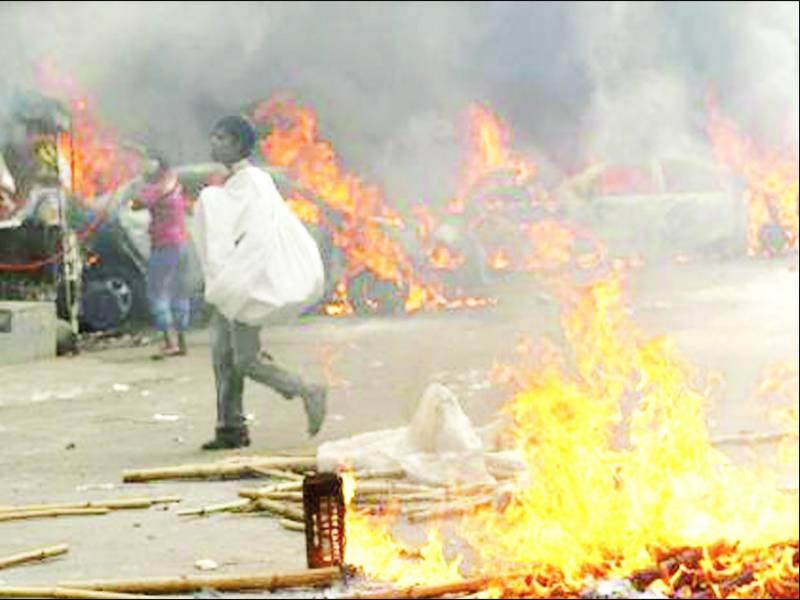 عبدالقادر ملا سخت سکیورٹی میں سپرد خاک' پھانسی کے خلاف بنگلہ دیش میں ہنگامے ' درجنوں گاڑیاں ' املاک نذر آتش ' پاکستان میں بھی شدید احتجاج' غائبانہ نماز جنازہ ادا کی گئی