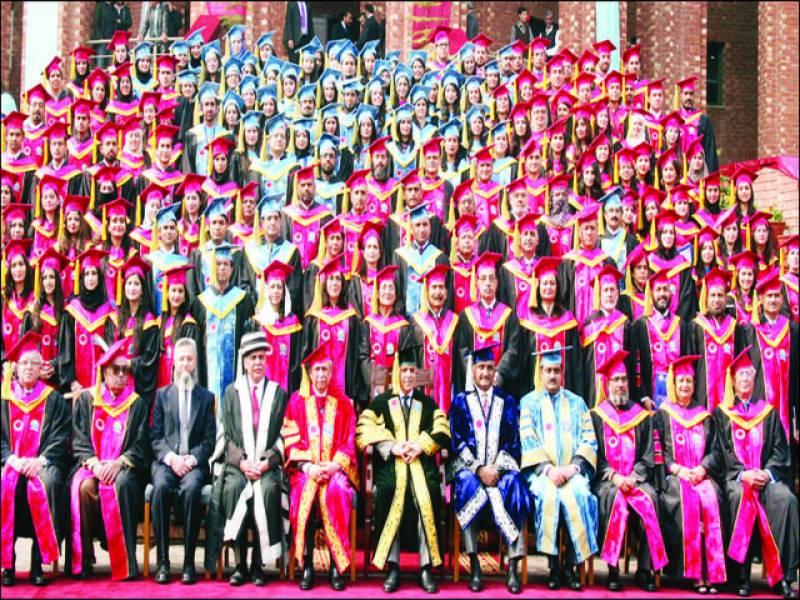 وزیراعلیٰ شہبازشریف کے ہمراہ سی ایم ایچ میڈیکل کالج لاہور کے دوسرے کانووکیشن کے موقع پر گریجوایٹ ڈاکٹرز اور فیکلٹی ممبرز کا گروپ فوٹو