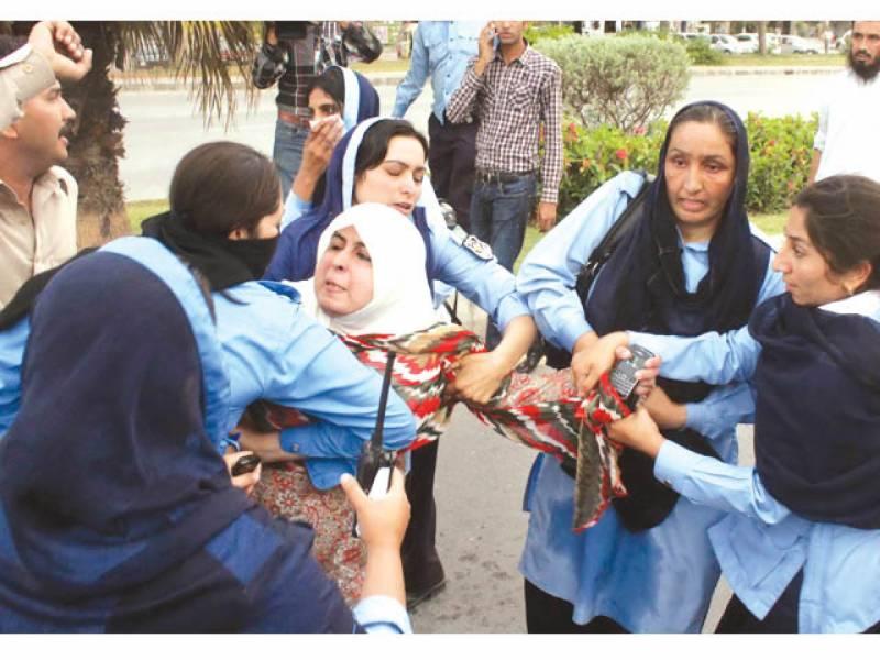 لاپتہ افراد کے لواحقین پر پولیس کا لاٹھی چارج' شیلنگ' آمنہ مسعود سمیت 12 گرفتار' وزیراعظم کے حکم پر تمام افراد رہا' 2 اے ایس پی معطل