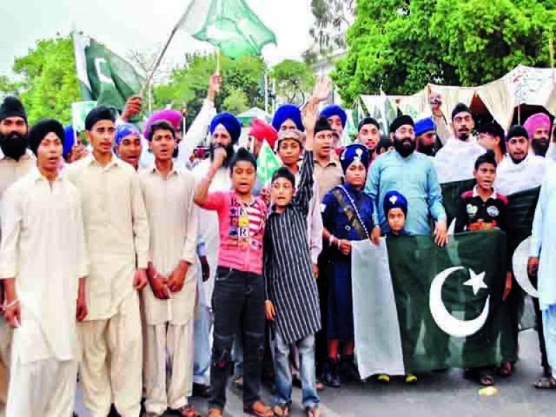 لاہور: فیصل چوک میں پاکستان مینارٹی فورم کے زیراہتمام سکھ کمیونٹی کے افراد پاک فوج سے اظہار یکجہتی کیلئے ریلی میں شریک ہیں