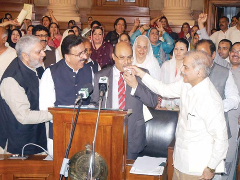 لاہور: وزیراعلیٰ محمد شہباز شریف پنجاب اسمبلی میں بجٹ تقریر کے اختتام پر صوبائی وزیر خزانہ مجتبیٰ شجاع الرحمٰن کو پانی پلا رہے ہیں