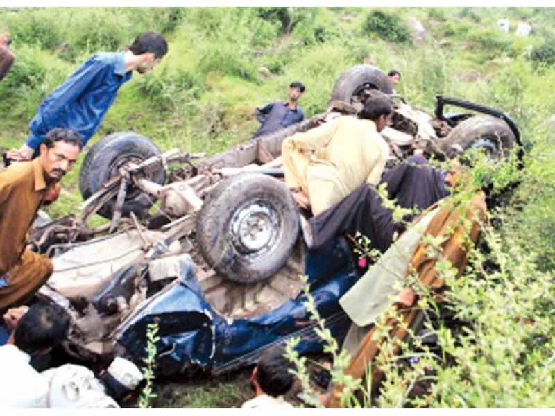 چٹھہ پل: کھائی میں گرنے والی جیپ کے گرد لوگ جمع ہیں