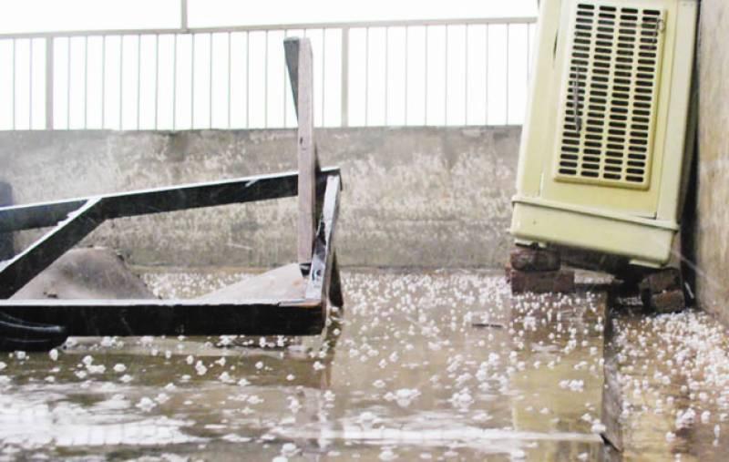 لاہور سمیت کئی شہروں میں بارش اور ژالہ باری' نشیبی علاقے زیر آب' ٹریفک کا نظام متاثر
