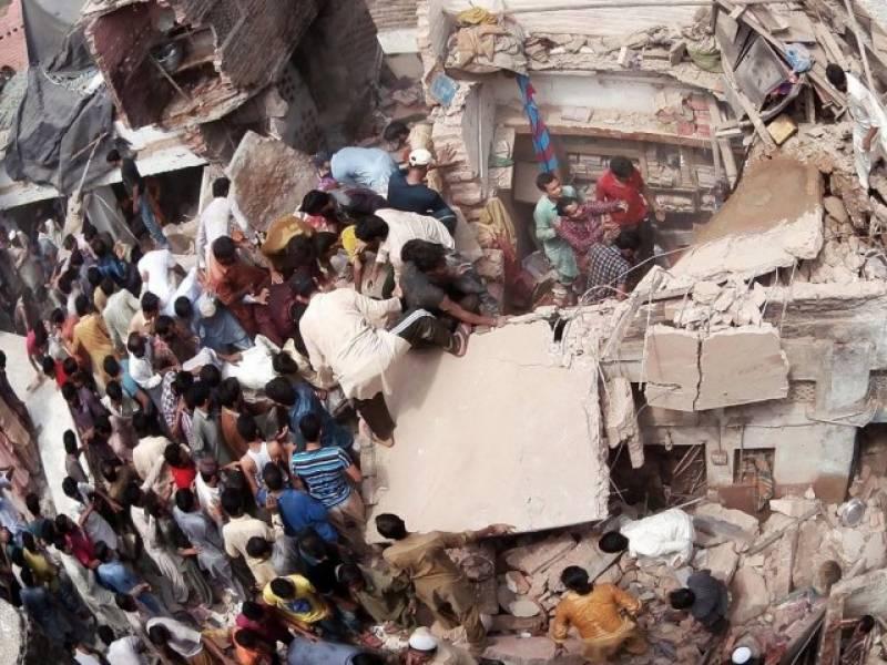 کراچی: پرانی عمار ت کا ایک حصہ گرنے سے خاتون جاں بحق، 10 افراد زخمی
