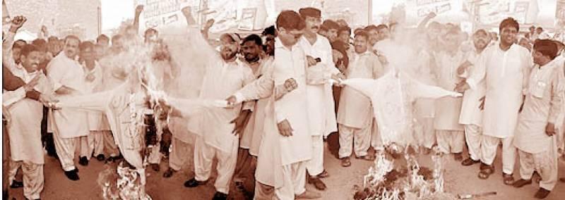 ملتان میں مسلم لیگ (ن) کی نوازشریف زندہ باد ریلی 'عمران' طاہرالقادری کے پتلے جلائے