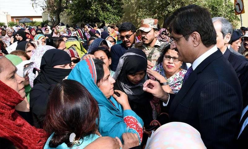 کراچی: تنخواہیں نہ ملنے پر لیڈی ہیلتھ ورکرز کا احتجاج' وزیراعلیٰ کو روک لیا