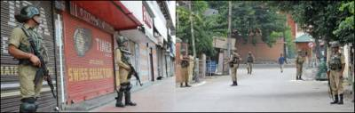 بھارتی یوم آزادی پر کشمیریوں کا یوم سیاہ....مقبوضہ کشمیر میں ہڑتال' مظاہرے' کرفیو کا سماں' گھروں پر سبز ہلالی پرچم لہراتے رہے