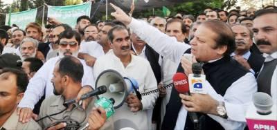 اسلام آباد: مسلم لیگ ن کے صدر نوازشریف پارلیمنٹ ہاﺅس کے باہر دھرنے سے خطاب کر رہے ہیں