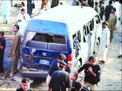 پشاور : ریموٹ کنٹرول بم دھماکے میں پاک فضائیہ کی وین ' مسافر کوچ تباہ '10 جاں بحق '30 زخمی
