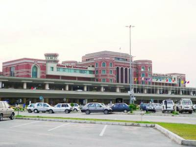 شاہین ائرلائنز کی پرواز کی منسوخی پر عازمین حج کا ائرپورٹ پر احتجاج