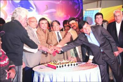 پی ٹی وی کی 48 ویںسالگرہ پر لاہور سنٹر میں تقریب، کیک کاٹا گیا