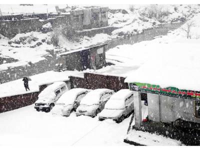 مری میں شدید برفباری سے ہزاروں مسافر پھنس گئے، شانگلہ گلی میں کھانے پینے کی اشیا کی قلت