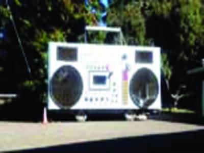 کیلیفورنیا میں ریڈیو کی شکل میں کار
