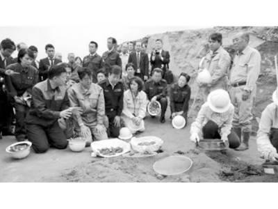 جاپانی وزیراعظم نے جزیرہ ایوجیما کا دورہ کیا، فوجیوں کیلئے دعائیہ تقریب میں شرکت