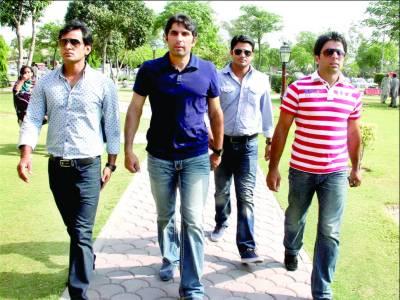 مصباح الحق، محمد حفیظ، شاہد آفریدی وسیم اکرم، توفیق عمر اور اظہر علی نے عمران خان کی عیادت کی