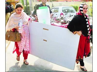 پولنگ سامان کی ترسیل ' خواتین ' معذور عملے کو مشکلات کا سامنا' گھنٹوں انتظار کرنا پڑا