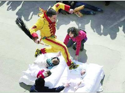 سپین میں نو مو لود بچوں کے اوپر سے چھلا نگ لگا نے کا روایتی تہوار