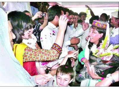 ماونٹ ایورسٹ سر کرنیوالی ثمینہ بیگ پاکستان پہنچ گئیں، شاندار استقبال