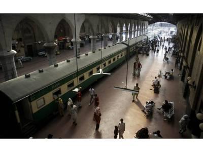 بغیر ٹکٹ ٹرین میں سفر کرنے والے درجنوں افراد کو جرمانے