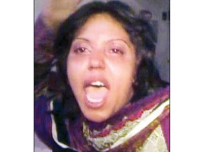 گوجرانوالہ:نشے میں دھت لڑکی کا غل غپاڑہ، ہسپتال میں عملہ اور پولیس کو گالیاں