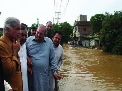 پروٹوکول، سکیورٹی نہ ہیلی پیڈ : شہباز شریف نے سیلاب متاثرین کو دیکھ کر ہیلی کاپٹر اتار لیا