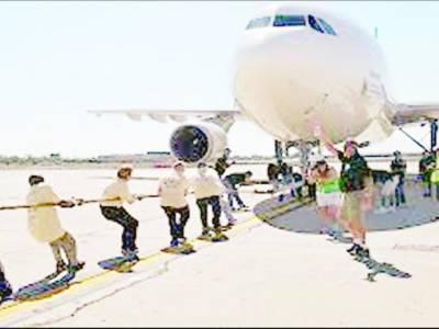 جاپان میں بچوں اور ہوائی جہا ز کے درمیان رسہ کشی کا مقابلہ