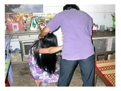 کراچی: گھریلو جھگڑے پر ٹیلر ماسٹر نے ماں اور بہنوں کے سامنے بیوی کا گلا کاٹ دیا