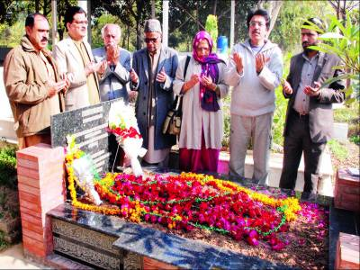 ڈاکٹر مجید نظامی کی جانب سے محمود علی کی قبر پر پھولوں کی چادر چڑھائی گئی