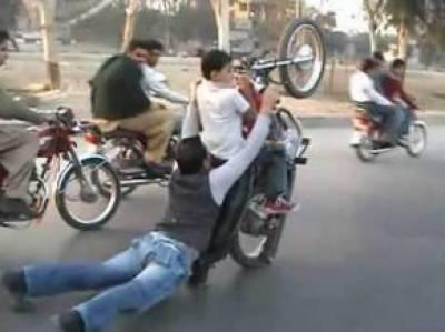 لاہور کی شاہراہوں پر ون ویلروں کے خطرناک کرتب' لاکھوں کا جواءپولیس تماشائی