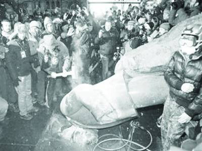 یوکرائن: احتجاج جاری' مظاہرین نے روسی انقلابی رہنما لینن کا مجسمہ گرا دیا