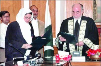 وفاقی شرعی عدالت کی پہلی خاتون جج اشرف جہاں نے حلف اٹھا لیا