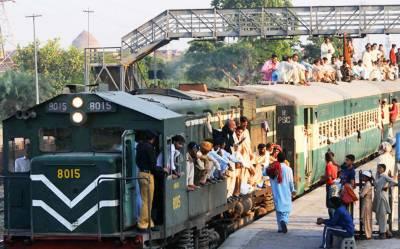 ٹرینوں میں بغیر ٹکٹ سفر کرنے پر مسافروں کو60 ہزار روپے سے زائد جرمانے