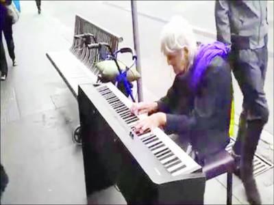 سڑک کنارے بیٹھ کر سر بکھیرتی 80 سالہ امریکی سٹریٹ پیانسٹ