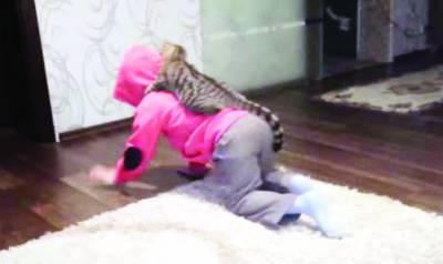 شیر کی خالہ اپنی مالکن کی پیٹھ پر سواری کے مزے لینے لگیں