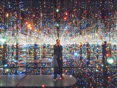 لاتعداد شیشوں سے سجا منفرد کمرہ