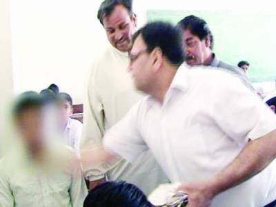 کراچی: میٹرک کے امتحانات میں نقل پر نگران نے تھپڑ مار کر طالب علم کی عینک توڑ ڈالی
