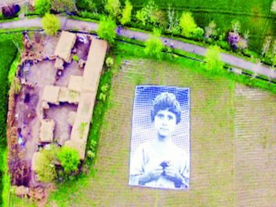 امریکی ڈرون آپریٹرز کے دل موم کرنے کی کوشش، پاکستانی فنکاروں نے زمین پر بچوں کی بڑی تصاویر بنا دیں