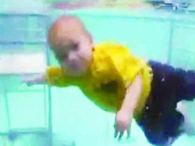 گہرے پانی میں سوئمنگ کرتے بچے کی ویڈیو نے انٹرنیٹ پردھوم مچادی