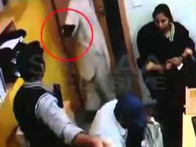کراچی میں نجی بنک سے ڈاکو 63 لاکھ روپے لوٹ کر فرار