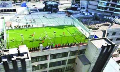 چین میں شاپنگ مال کی چھت پر قائم انوکھی فٹ بال پِچ