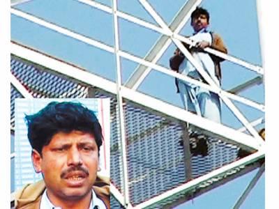 جھنگ: مبینہ چوری کے الزام میں نوکری سے نکالا جانیوالا چوکیدار انصاف کے حصول کیلئے ٹاور پر چڑھ گیا، خودکشی کی دھمکی