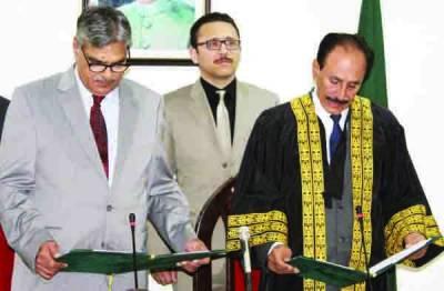 وفاقی وزیر برجیس طاہر نے گورنر گلگت بلتستان کے عہدے کا حلف اٹھا لیا ، پیپلز پارٹی کا احتجاج