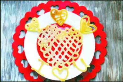 شیف نے دل کی شکل کے پین کیک تیار کر ڈالے