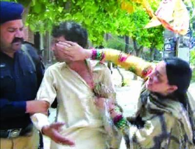 گوجرانوالہ: دوسری شادی کرنیوالے کی پہلی بیوی کے ہاتھوں کچہری کے احاطے میں درگت، پولیس نے جان چھڑوائی