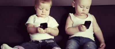 بچے بولنے یا چلنے سے بھی پہلے موبائل پسند کرنے لگتے ہیں: تحقیق